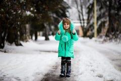 Den roliga lilla flickan som har gyckel i härlig vinter, parkerar royaltyfria foton
