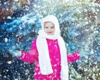 Den roliga lilla flickan som har gyckel i härlig vinter, parkerar Arkivbilder