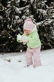 Den roliga lilla flickan som har gyckel i härlig vinter, parkerar under Royaltyfri Fotografi