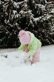 Den roliga lilla flickan som har gyckel i härlig vinter, parkerar under Arkivbild