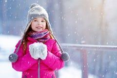 Den roliga lilla flickan som har gyckel i vinter, parkerar Royaltyfria Foton