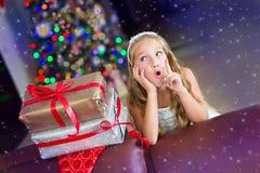 Den roliga litet barnflickan firar jul och nytt år Arkivfoton
