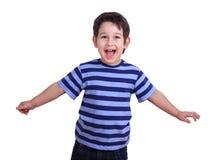 Den roliga lyckliga pojken som spelar beskriva flyget av ett flygplan, är royaltyfria bilder