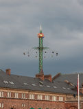 Den roliga mässan för nöjesplats i tivoliträdgårdar Köpenhamn Danmark, på en grå himmel Arkivfoton