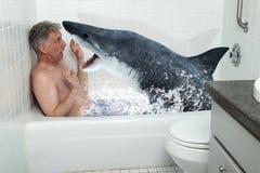 Den roliga mannen, badar, badkaret, hajen som badar