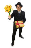 Den roliga mannen med blommor och giftbox Royaltyfria Bilder