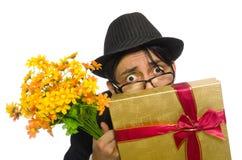 Den roliga mannen med blommor och giftbox Arkivfoton