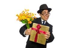 Den roliga mannen med blommor och giftbox Arkivbild