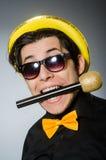 Den roliga mannen med mic i karaokebegrepp Fotografering för Bildbyråer