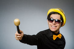 Den roliga mannen med mic i karaokebegrepp Arkivbild
