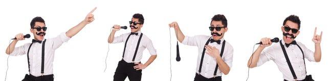 Den roliga mannen med mic som isoleras på vit Royaltyfri Fotografi