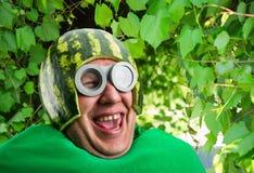 Den roliga mannen med vattenmelonhjälmen och googlar Fotografering för Bildbyråer