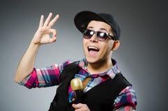 Den roliga mannen som sjunger i karaoke Arkivfoton