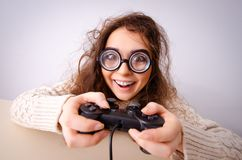 Den roliga nerdflickan som arbetar p? datoren royaltyfri bild