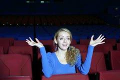 Den roliga och förvånade kvinnan håller ögonen på film Royaltyfria Foton