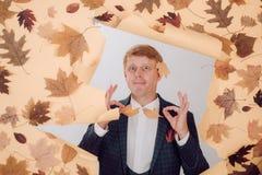 Den roliga rödhåriga mannen annonserar dina produkter Baner för annonsering av höstkläder hösten låter vara rött försäljningsord royaltyfri bild