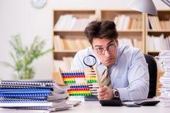 Den roliga revisorbokhållaren som arbetar i kontoret Royaltyfri Foto