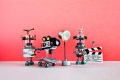 Den roliga robotkameraman och clapperboardassistenten skjuter dramatisk komedi med beståndsdelar av en fasafilm och handling royaltyfria bilder