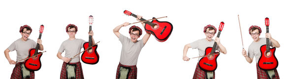 Den roliga scotsmanen med musikinstrumentet som isoleras på vit royaltyfri fotografi