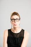 Bakgrund för grå färg för definition för kick för rolig kvinnastående verkligt folk arkivfoton