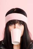 Definition för kick för rolig bakgrund för kvinnastående rosa verkligt folk arkivbild