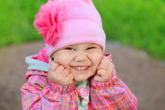 Den roliga skratta caucasianen behandla som ett barn flickan Arkivbilder