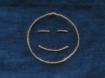 Den roliga smileyen av tvinnar i grov bomullstvill Handgjord symbol för Emoji tecken Fotografering för Bildbyråer
