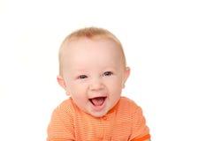 Den roliga ståenden av att skratta behandla som ett barn pojken Royaltyfria Bilder
