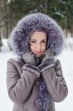 Den roliga ståenden av den härliga kvinnan på vinter går Arkivbilder