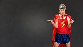 Den roliga tunna mannen i sportkläder passar en toppen hjälte arkivfoton