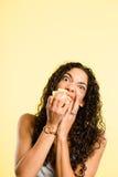Backgrou för guling för definition för kick för rolig kvinnastående verkligt folk fotografering för bildbyråer