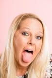 Definition för kick för rolig bakgrund för kvinnastående rosa verkligt folk Arkivbilder
