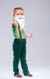 Den roliga ungen Santa Claus med tummen fingrar upp Arkivbild