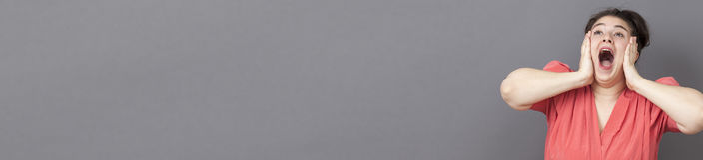 Den roliga xxlflickan som ropar för häpnad, grå färg kopierar utrymme Arkivbilder