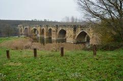 Den Roman Bridge Over The Ebro floden på dess förbigår San Vicente De La Sonsierra Arkitektur konst, historia, lopp royaltyfri foto