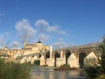 Den roman bron som korsar den Guadalquivir floden royaltyfri bild