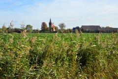 Den romanska kyrkan av Eenum i landskapet av Groningen Royaltyfri Foto