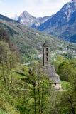 Den romanska kyrkan av San Carlo di Negrentino i Leontica Royaltyfri Fotografi