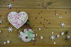 Den romantiska bilden för mat för vintersäsongfotografi med den vita maträtten för hjärtaform fyllde med marshmallower något som  Fotografering för Bildbyråer