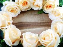 Den romantiska blom- ramen med konstgjorda rosor blommar med utrymmekopian royaltyfria foton