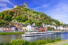 Den romantiska floden kryssar omkring över Rhein - den medeltida Cochem staden tysk Royaltyfri Fotografi