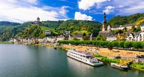 Den romantiska floden kryssar omkring över Rhein - den medeltida Cochem staden tysk Royaltyfri Foto