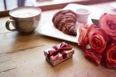 Den romantiska frukosten för dag för valentin` s firar Den närvarande asken, den rRomantic frukosten för dag för valentin` s fira Fotografering för Bildbyråer