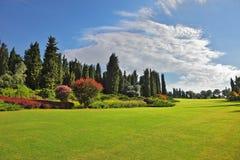 Den romantiska liggandeparken - trädgård Royaltyfri Fotografi
