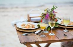 Den romantiska matställen tjänade som för två på en strand royaltyfria foton
