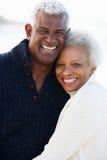 Den romantiska pensionären kopplar ihop att krama på strand Royaltyfri Fotografi