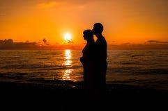 Den romantiska platsen av förälskelse kopplar ihop partners på solnedgången arkivfoton