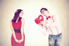 Den romantiska pojken ger en hjärta till hans flickvän i valentin? s-dag Fotografering för Bildbyråer