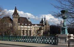 Den romantiska slotten i staden parkerar Arkivbilder