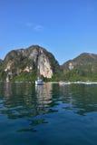 Den romantiska vita yachten i den azura golfen Arkivfoto